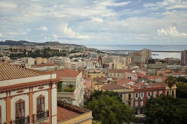 Vista magnífica do alto de um bairro de cagliari com suas construções típicas e coloridas