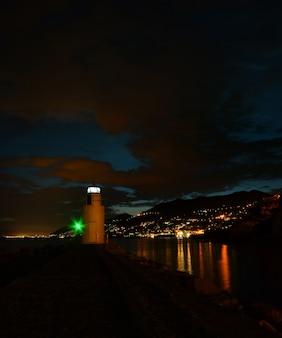 Vista magnífica do farol em camogli, as luzes e as cores se refletem no mar, criando um