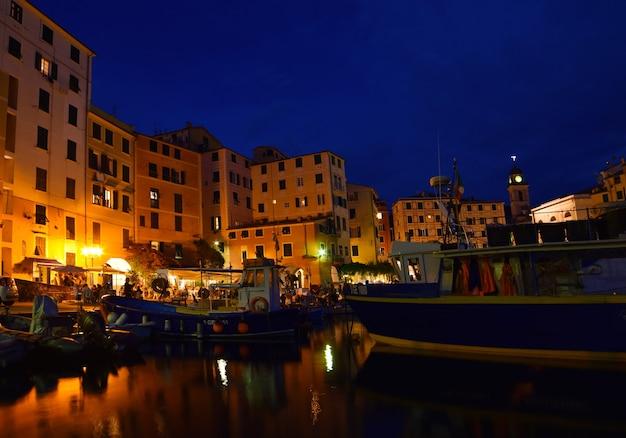 Vista magnífica do pequeno porto em camogli, as luzes e as cores se refletem no mar, criando um