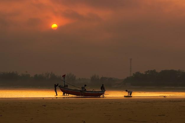 Vista matinal de pescadores em barcos em bengkulu, indonésia