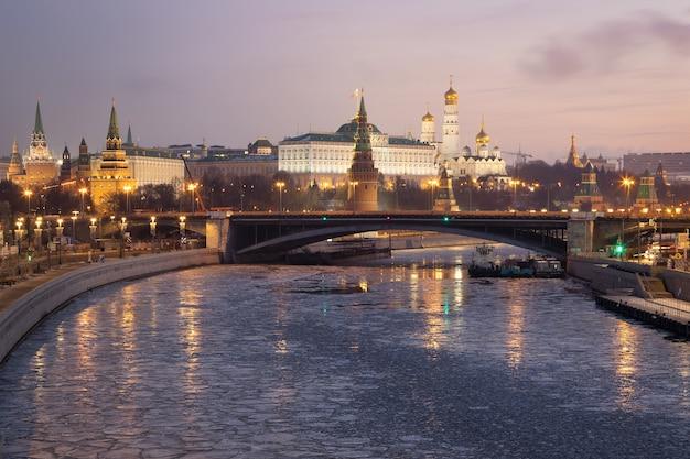 Vista matinal do kremlin e do rio moscou moscou rússia