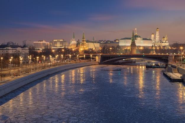 Vista matinal do kremlin e do rio moscou, moscou, rússia