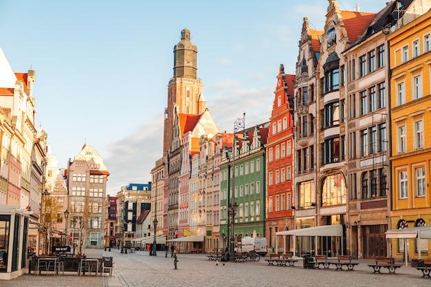 Vista matinal dos pontos turísticos da cidade de wroclaw, na polônia, na primavera