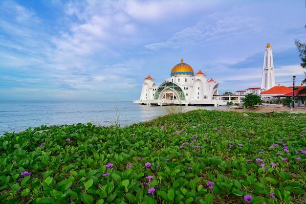 Vista matinal na mesquita do estreito de malaca (masjid selat melaka), é uma mesquita localizada na ilha de malaca, construída pelo homem, perto da cidade de malaca, na malásia