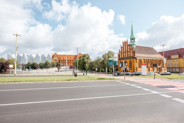 Vista matinal na rua com a igreja de são pedro e são paulo em szczecin, polônia