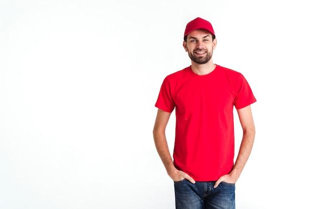 Vista média do correio em pé sorrisos de homem