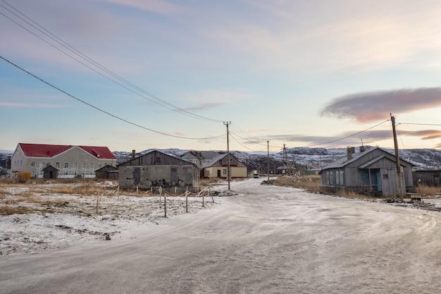 Vista mística noturna da antiga vila do ártico com casas abandonadas