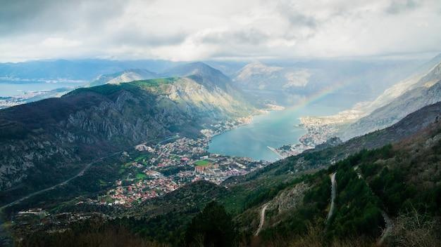 Vista na baía de boca kotor, montenegro