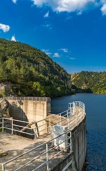 Vista na barragem do lago zaovine, na sérvia