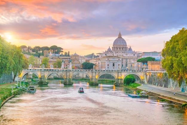 Vista na catedral de são pedro em roma, itália, ao pôr do sol