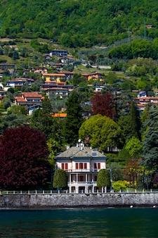 Vista na cidade de mezzegra no lago como, na itália