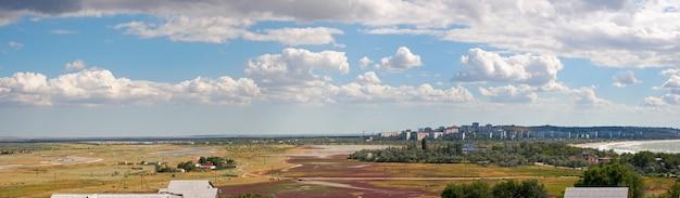 Vista na cidade de scholkino (crimeia, ucrânia). imagem composta de três tiros.