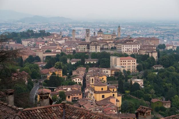 Vista na cidade velha de bergamo da colina de san vigilio. itália