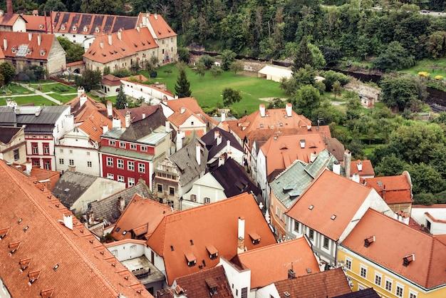 Vista na cobertura da casa circundante. cesky krumlov, república tcheca