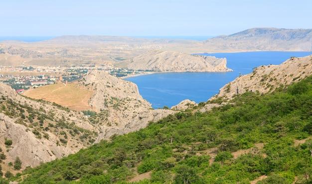 Vista na costa rochosa de verão da cidade de