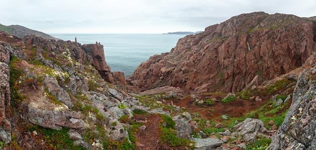 Vista na costa rochosa do mar de barents. península de kola, ártico, rússia.