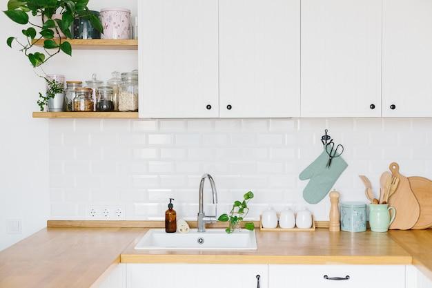 Vista na cozinha branca em estilo escandinavo