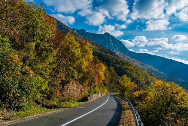 Vista na estrada no desfiladeiro do danúbio em djerdap, na fronteira entre a sérvia e a romênia