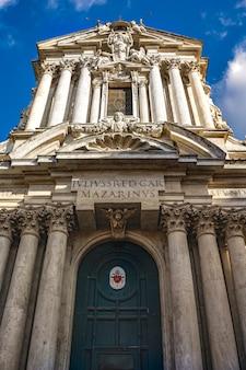 Vista na igreja dos santos vicente e anastácio em roma, itália