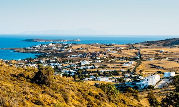 Vista na pequena vila à beira-mar