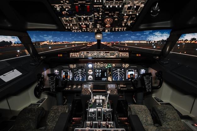 Vista na pista dos modernos aviões boeing antes da decolagem.