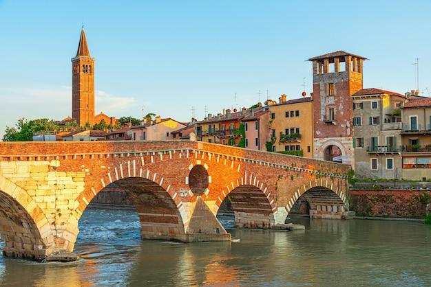 Vista na ponte ponte pietra em verona no rio adige, região de veneto, itália. paisagem de manhã de verão