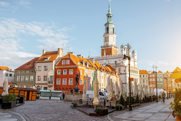 Vista na praça do mercado com belos edifícios antigos e a prefeitura durante a luz da manhã em poznan, cracóvia