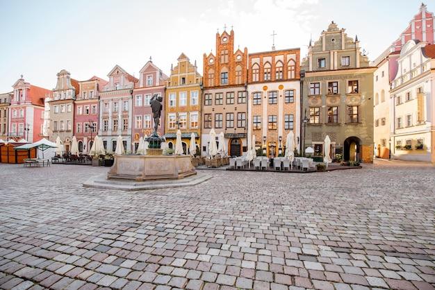 Vista na praça do mercado com belos edifícios em poznan durante a luz da manhã na polônia
