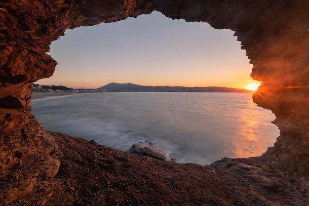 Vista na praia do hendaia a partir de uma enseada ao lado da praia no pais vasco.