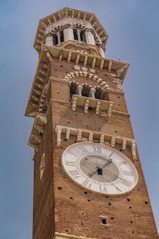 Vista na torre dei lamberti em verona, itália