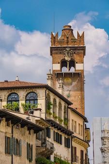 Vista na torre del gardello (torre gardello) do século xii em verona, itália