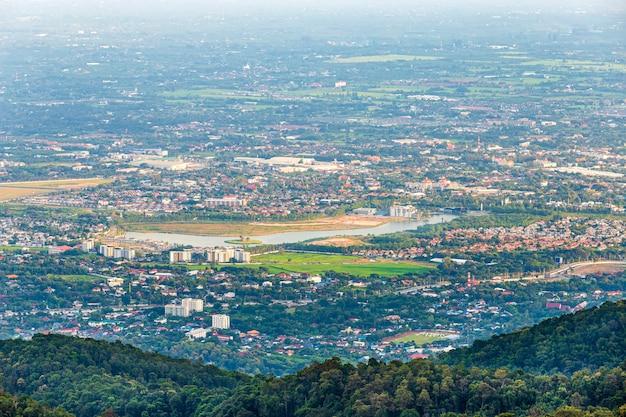 Vista nas montanhas com arquitetura da cidade sobre a cidade de chiang mai, tailândia no dia.