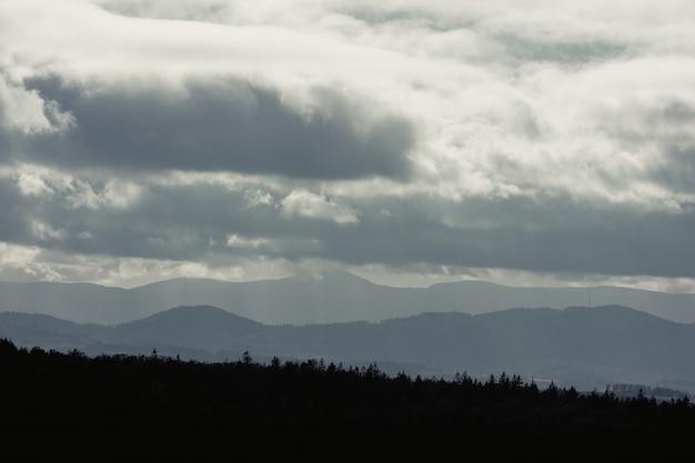 Vista nas montanhas de beskids na hora por do sol