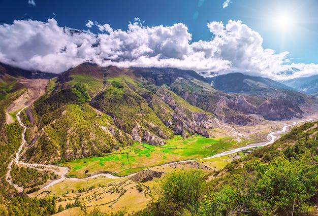 Vista nas montanhas dos cárpatos. conceito da natureza