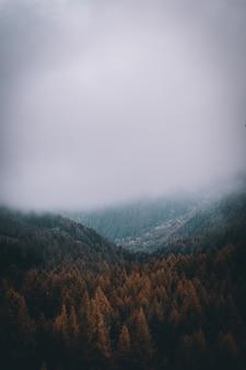 Vista nas montanhas nebulosas dos alpes no outono