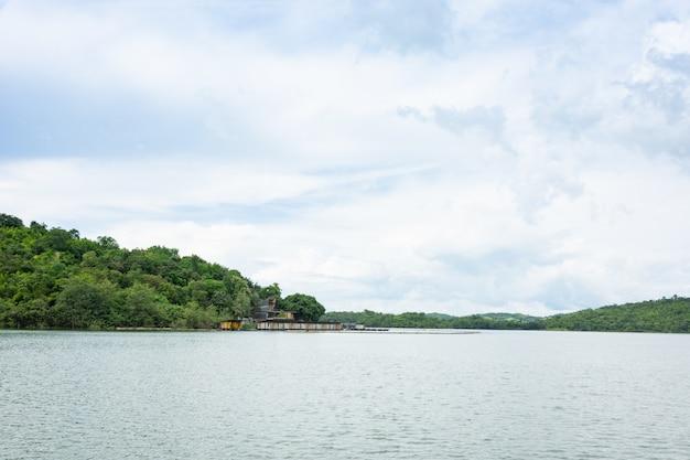 Vista natural rio e montanha