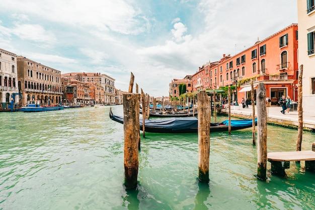 Vista no canal em veneza, itália.