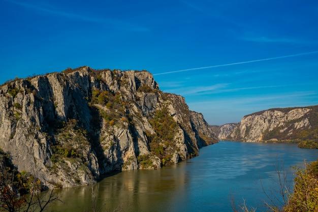Vista no desfiladeiro do danúbio em djerdap, na fronteira entre a sérvia e a romênia
