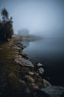Vista no enevoado lago mortirolo na montanha