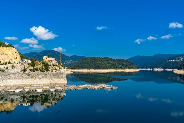 Vista no lago artificial zaovine na sérvia