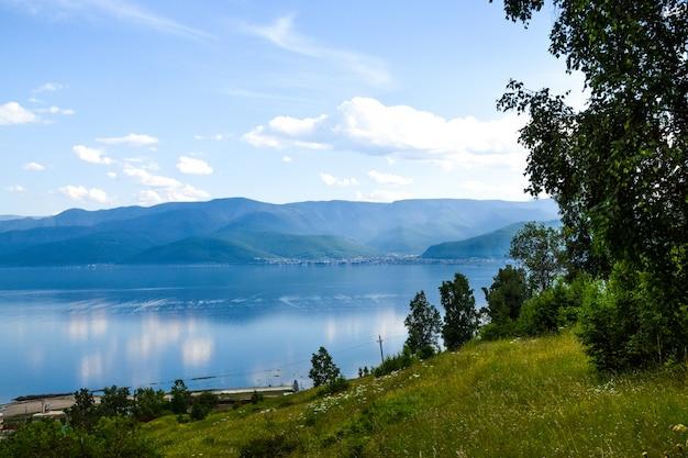 Vista no lago baikal e no céu bonito com nuvens. sibéria, rússia.