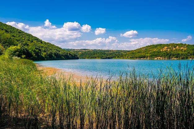 Vista no lago grliste perto de zajacar, no leste da sérvia