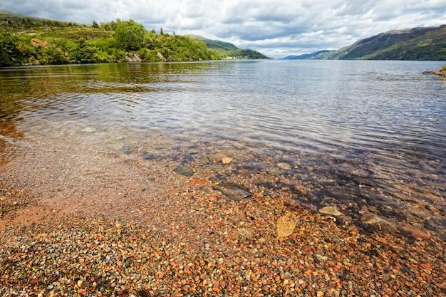 Vista no lago loch ness, escócia