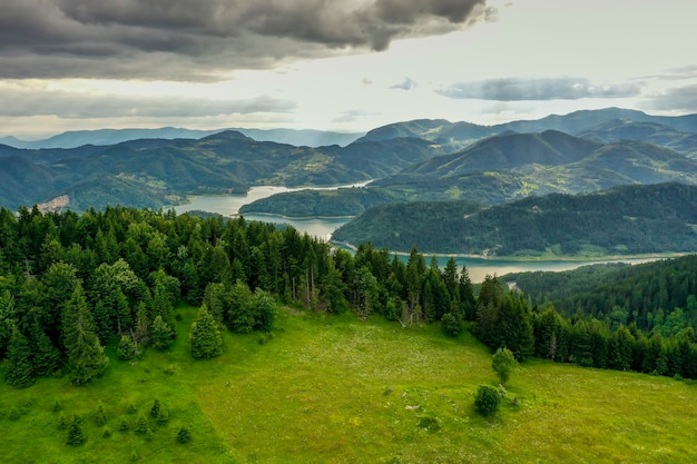 Vista no lago zaovine da montanha tara, na sérvia