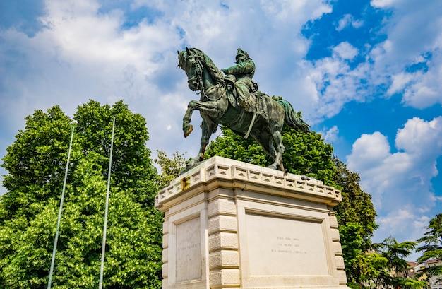 Vista no monumento a vittorio emanuele o segundo, rei da itália, na praça do bra em verona, itália