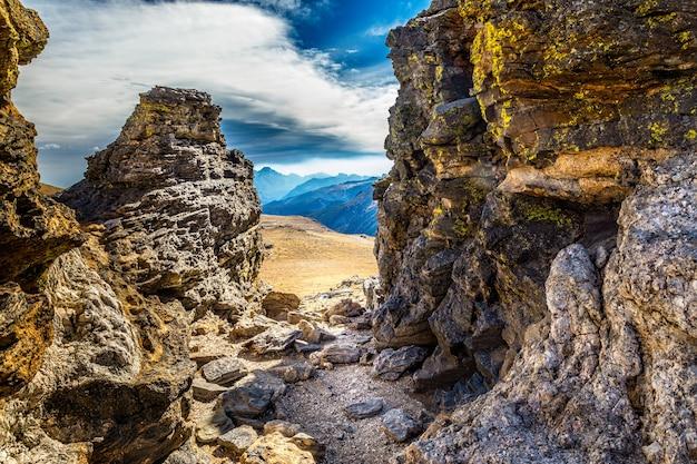 Vista no parque nacional das montanhas rochosas através das rochas na trilha da comunidade tundra, colorado