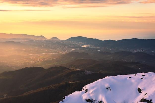 Vista no parque natural aiako harriak com amplas vistas para a costa basca e os pirenéus no país basco