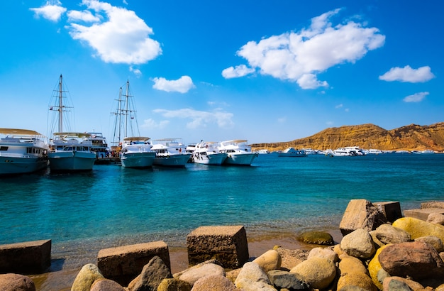 Vista no porto com navios brancos