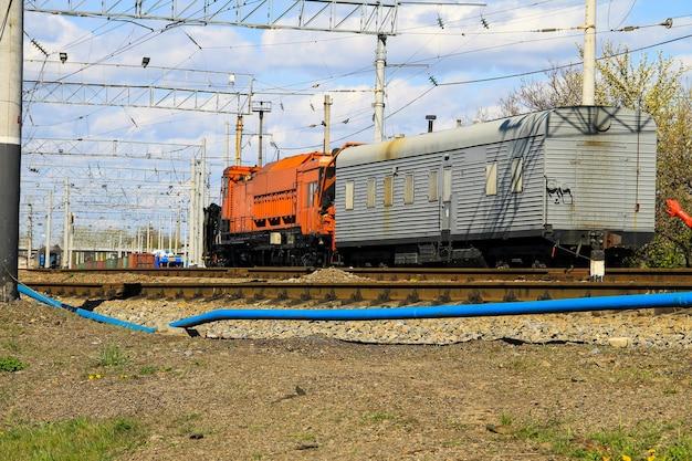 Vista no trem de manutenção na ferrovia
