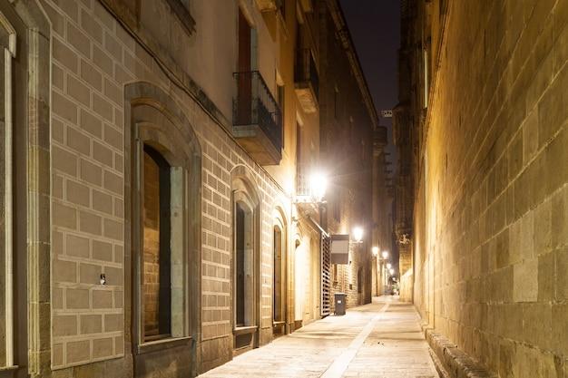 Vista noturna da rua estreita antiga